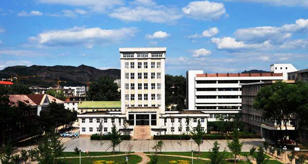 承德市第二中学概况: 外语高考成绩始终位居全市各中学前列。1998年以后承德二中作为河北省承德外国语学校,多次选派教师到美国、加拿大、新加坡进行学术交流,选派多名学生到日本、韩国进行文化交流,有10名学生先后考入新加坡南洋理工大学等名校。学校现有51个教学班,在校生3200多人。学校先后被评为省级文明建设先进单位、省德育工作先进集体、省电化教育先进集体、省思想政治工作先进单位。外语高考成绩始终位居全市各中学前列。二中校园环境优美,与风景宜人的避暑山庄相映成辉。 承德市第二中学始建于1950年,地处市中心,