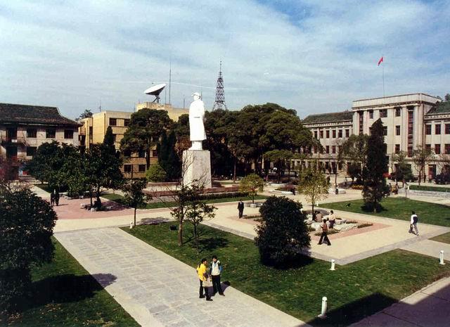 贵州师范大学行政广场